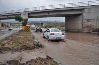 KARAYOLLARI - Afyonkarahisar-İzmir Karayolunda Biriken Su Uzun Araç Kuyrukları Oluşturdu