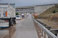 Yolda Biriken Sular Uzun Araç Kuyruğu Oluşturdu