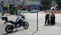 TRAFİK POLİSİ - (Özel) Örnek Polis Yaşlı Kadını Hem Karşıdan Karşıya Geçirdi, Hem Su İkram Etti