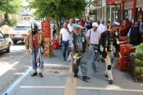 Çevre Kirliliğine Dikkat Çekmek İçin Vücutlarına Astıkları Çöplerle Sokakları Gezdiler