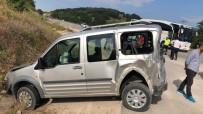 Yolcu Otobüsü Kamyonetle Çarpıştı Açıklaması 2 Yaralı