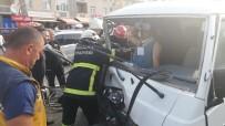 Park Halindeyken Hareket Eden Panelvan Araç Kazaya Neden Oldu Açıklaması 1'İ Ağır 2 Yaralı