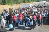 EZİLME TEHLİKESİ - Sınır Kapısında 40 Derece Sıcakta Suriyeli İzdihamı