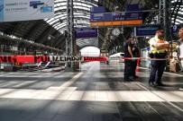 FRANKFURT - Anne Ve Çocuğunu Trenin Önüne İtti