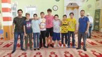 Burhaniye'de Camiye Gelen Gençler Cemaati Sevindirdi