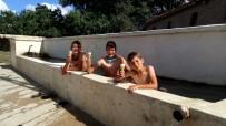 Sıcaklardan Bunalan Çocuklar Köy Meydanındaki Su Oluğunda Serinliyor
