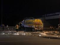 E5 KARAYOLU - Avcılar'da Devrilen Yakıt Tankerinin Kaldırılmasıyla Yol 4 Saat Sonra Trafiğe Açıldı