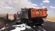 Şanlıurfa'da Seyir Halindeki Asfalt Yüklü Kamyon Alev Aldı