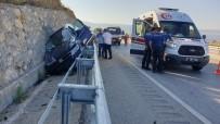 İSTİNAT DUVARI - Lüks Cip Bariyerle İstinat Duvarı Arasına Sıkıştı Açıklaması 3 Yaralı