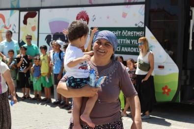 Şehit Öğretmen Anısına Yapılan Gezici Okuldaki Çocuklara Oyuncak Ve Dondurma Sürprizi