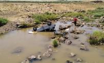Otomobil Dereye Uçtu, 3 Kişi Yaralandı