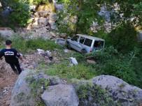 Ticari Araç Şarampole Yuvarlandı Açıklaması 1 Ölü, 1 Yaralı