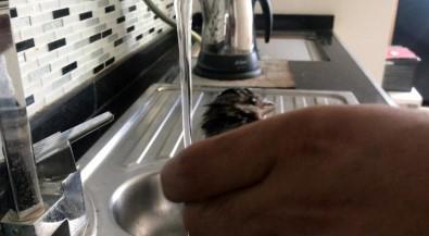 Aşırı Sıcaktan Bitkin Düşen Serçeye Eliyle Su Verdi