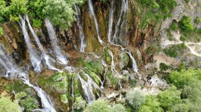 Erzincan'da Tatilciler Serinlemek İçin Şelalelere Akın Etti