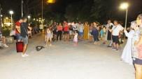 Burhaniye'de İki Arkadaşın Sokak Konseri İlgi Gördü