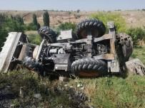 İŞ MAKİNESİ - Şarampole Devrilen İş Makinesi Alev Aldı Açıklaması 1 Yaralı