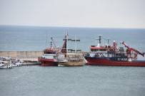 GEZİ TEKNESİ - Sinop'ta Karaya Oturan Tekne Kurtarıldı