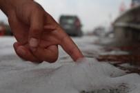 Yolu Dökülen Sabun Yağmur Yağınca Köpürdü, Beyaza Bürünen Yolu Gören Şaşkınlığını Gizleyemedi