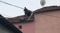 (Özel) Elinde Baltayla Çatıya Çıkan Adam Aşağı Düştü