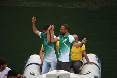 Festival Gölün İçinde Oynanan Horonla Başladı
