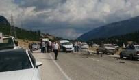 Antalya'da İki Araç Kafa Kafaya Çarpıştı Açıklaması 6 Yaralı