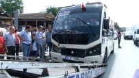 ZİNCİRLEME KAZA - Kalp Krizi Geçiren Minibüs Şoförü Kaza Yaptı Açıklaması 9 Yaralı
