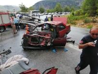 Antalya'da Yolcu Otobüsü İle Otomobil Çarpıştı Açıklaması 1'İ Ağır 5 Yaralı