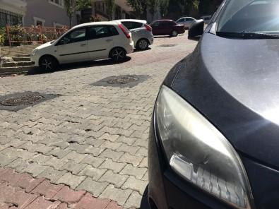 (Özel) İstanbul'da Motosikletli Çetenin Lüks Otomobilin Farını Çalma Anı Kamerada