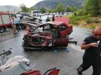 Yolcu Otobüsü İle Otomobil Çarpıştı Açıklaması 1'İ Ağır 5 Yaralı