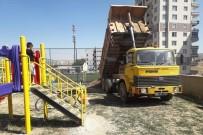 Çocukların Güvenliği İçin Oyun Parklarının Altına Kum Serimi Yapıldı