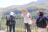 Turistlerden Delikli Taş'a Yoğun İlgi