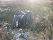 ABDULLAH GÜL - Hafif Ticari Araç Şarampole Yuvarlandı Açıklaması 1 Yaralı