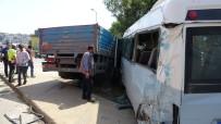 Pendik'te Kamyon İle Minibüs Çarpıştı Açıklaması 3 Yaralı