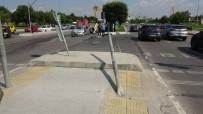 Pendik'te Takla Atan Araç Karşı Şeritteki Aracın Üstüne Düştü
