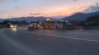 Ticari Araç İle Otomobil Çarpıştı Açıklaması 1 Ölü, 3'Ü Çocuk 8 Yaralı