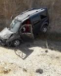 Direksiyon Hakimiyetini Kaybeden Araç Şarampole Yuvarlandı Açıklaması 2 Yaralı