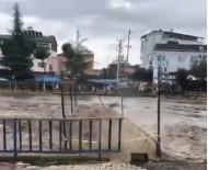 Terme'deki Köprü Sel Sularına Dayanamadı
