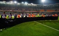 İki Takım Oyuncuları Emine Bulut İçin Siyah Pankartla Çıktılar