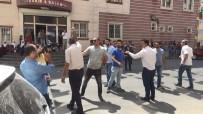 Oğlunun HDP'liler Tarafından Dağa Kaçırıldığını Öne Süren Anne İle HDP'liler Arasında Gerginlik