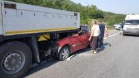 Tır Saplanan Otomobili Metrelerce Sürükledi Açıklaması 4 Yaralı