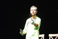 Ünlü Oyuncu Köstendil '12 Numaralı Adam' Oyunuyla Ayakta Alkışlandı