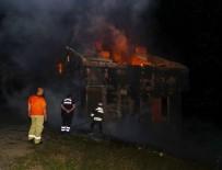Çatıda Tadilatı Sırasında Çıkan Yangında Üç Ev Yandı