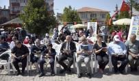 İşi Gücü Bırakıp Çocuklarıyla Birlikte Parkta Kitap Okudular