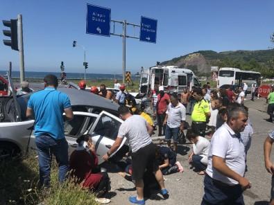 Otomobiller Kavşakta Çarpıştı, Ortalık Savaş Alanına Döndü Açıklaması 6 Yaralı