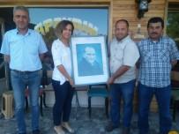 İşçiler Çöpte Buldukları Atatürk Portresini Temizleyip Kadın Muhtara Hediye Etti