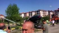 Kaza Yapan İki Otomobilden Biri Diğerinin Üstüne Çıktı