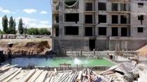 Sıcaktan Bunalan İşçiler Havuz İnşaatında Serinliyor