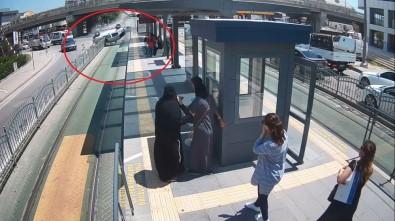 Tramvay Yolunda Hız Yapan Otomobil Yolcu Dolu Durağa Saplandı