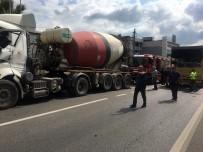 Sultanbeyli'de Beton Mikseri İle Kamyon Çarpıştı Açıklaması 2 Yaralı