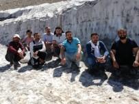MEHMET BAYıNDıR - Yaz Mevsiminin Son Günlerinden 1 Metre Kar Kütlesi Önünde Fotoğraf Çektirdiler